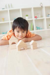 リビングで積み木遊びをする男の子の写真素材 [FYI02030070]