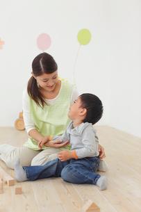 体調の悪い保育園児と介抱する先生の写真素材 [FYI02030071]