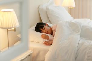 ベッドで眠る女の子の写真素材 [FYI02030072]