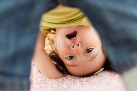 リビングで遊ぶ女の子の写真素材 [FYI02030077]