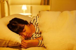 ベッドで眠る女の子の写真素材 [FYI02030090]