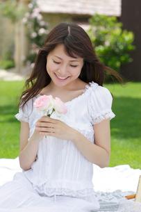 バラの花と若い女性の写真素材 [FYI02030100]