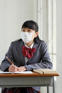 マスクをして授業を受ける女子高生の写真素材 [FYI02030103]