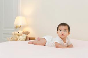 ベッドの上の赤ちゃんの写真素材 [FYI02030117]
