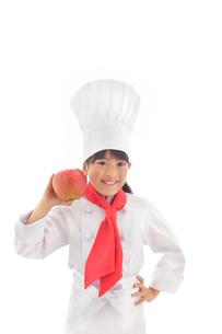 りんごを持つシェフの女の子の写真素材 [FYI02030124]