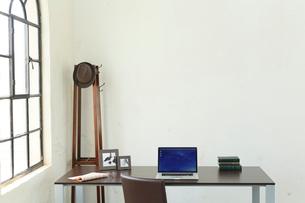 窓辺にデスクのある海外のオフィスイメージの写真素材 [FYI02030129]