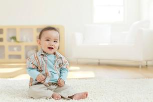 リビングに座る赤ちゃんの写真素材 [FYI02030130]