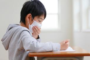 授業中に咳をする小学生の写真素材 [FYI02030152]