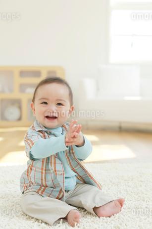 リビングに座る赤ちゃんの写真素材 [FYI02030160]