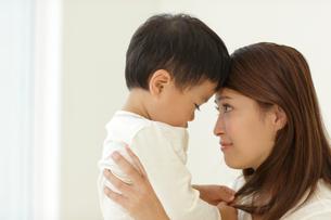 体調の悪い子供と介抱するお母さんの写真素材 [FYI02030177]