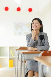 卒業式の日に教室で感慨に浸る先生の写真素材 [FYI02030186]