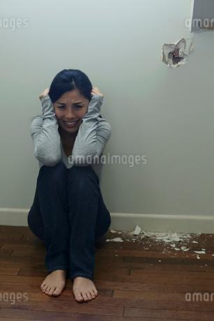 暴力に怯える女性の写真素材 [FYI02030198]