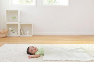 昼寝をする赤ちゃんの写真素材 [FYI02030214]