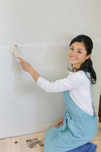 壁のリフォームをする主婦の写真素材 [FYI02030226]