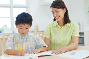 勉強をする子どもと教えるお母さんの写真素材 [FYI02030239]