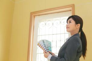 色見本を持つカラーコーディネーターの女性の写真素材 [FYI02030249]