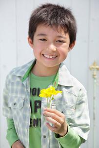 花を持つ男の子の写真素材 [FYI02030254]