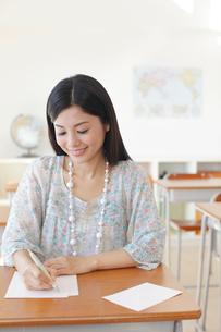 懐かしい教室を訪れた卒業生の写真素材 [FYI02030267]