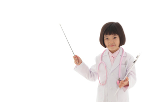 指示棒で案内する白衣の女の子の写真素材 [FYI02030275]