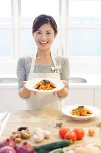 パスタの皿を持つ女性の写真素材 [FYI02030281]