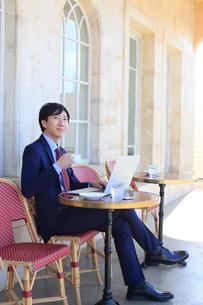 カフェで仕事をするビジネスマンの写真素材 [FYI02030300]