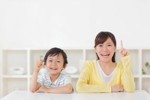 指さしポーズのお母さんと男の子の写真素材 [FYI02030319]
