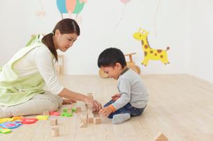体調の悪い保育園児と介抱する先生の写真素材 [FYI02030320]