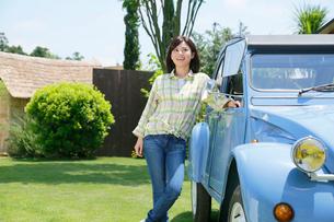 水色の可愛い車と若い女性の写真素材 [FYI02030325]