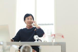 ホームオフィスで仕事をする男性の写真素材 [FYI02030328]