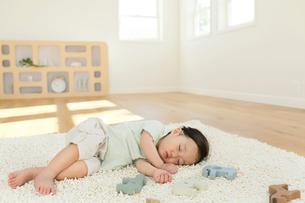 リビングで昼寝をする女の子の写真素材 [FYI02030341]