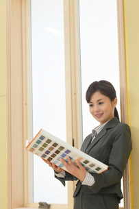 素材見本を持つインテリアコーディネーターの女性の写真素材 [FYI02030350]