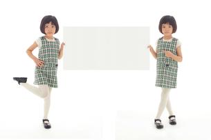 マネキン風ポーズをする昭和レトロな衣装の双子の女の子の写真素材 [FYI02030353]