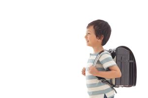 ランドセルを背負う男の子の写真素材 [FYI02030377]