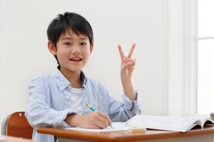 教室で勉強をする男の子の写真素材 [FYI02030378]