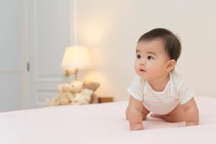 ベッドの上の赤ちゃんの写真素材 [FYI02030385]