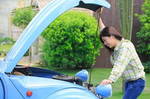 車の故障に困る女の人の写真素材 [FYI02030393]