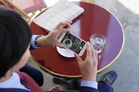 カフェで寛ぐビジネスマンの写真素材 [FYI02030412]