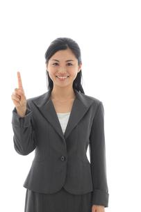指差しポーズをするビジネスウーマンの写真素材 [FYI02030413]