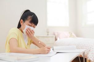 勉強中に体調が悪くなる女の子の写真素材 [FYI02030424]