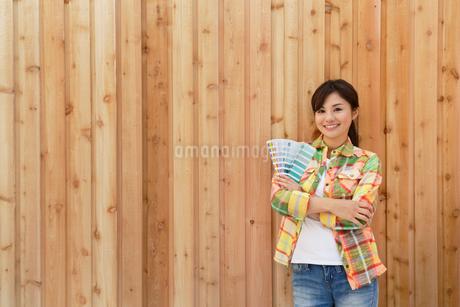 色見本を持つカラーコーディネーターの女性の写真素材 [FYI02030425]