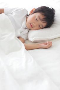 寝室で眠る男の子の写真素材 [FYI02030464]