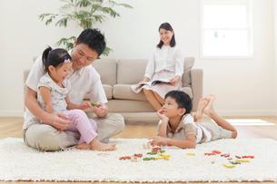 リビングルームで寛ぐ家族の写真素材 [FYI02030466]
