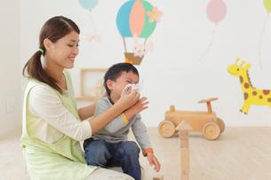 体調の悪い保育園児と介抱する先生の写真素材 [FYI02030480]