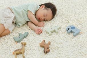 リビングで昼寝をする女の子の写真素材 [FYI02030491]