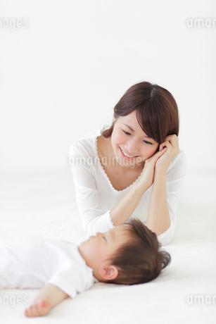 眠る赤ちゃんを見守るお母さんの写真素材 [FYI02030501]
