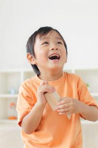 積み木を持ち楽しそうに笑う男の子の写真素材 [FYI02030520]