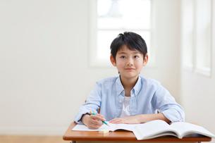 教室で勉強をする男の子の写真素材 [FYI02030528]