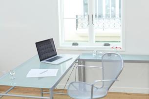 パソコンとデスクが置かれた明るいリビングルームの写真素材 [FYI02030537]