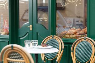パリイメージのパン屋とカフェのテーブルの写真素材 [FYI02030542]