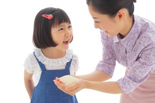 お米を手に持つお母さんとおかっぱの女の子の写真素材 [FYI02030579]